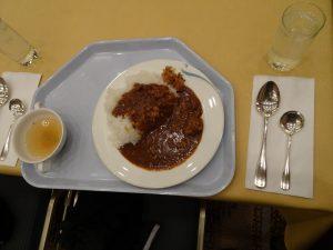 マッシュルーム入りビーフカレーと野菜のスープ