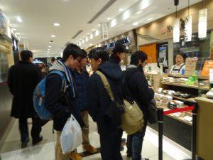 東京駅のデパ地下で夕食の調達するグループもありました