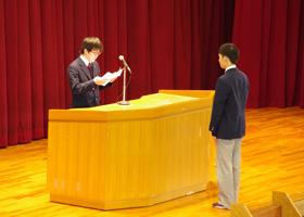生徒会長から記念品の贈呈