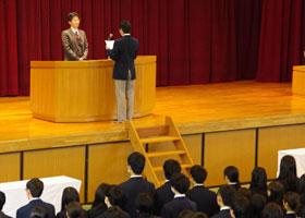 卒業生代表から卒業記念品の目録の贈呈
