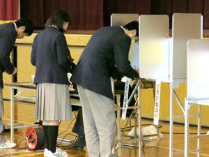 緊張しながら模擬投票を体験中