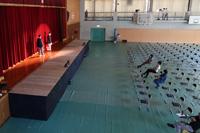 体育館ステージはリハーサル中